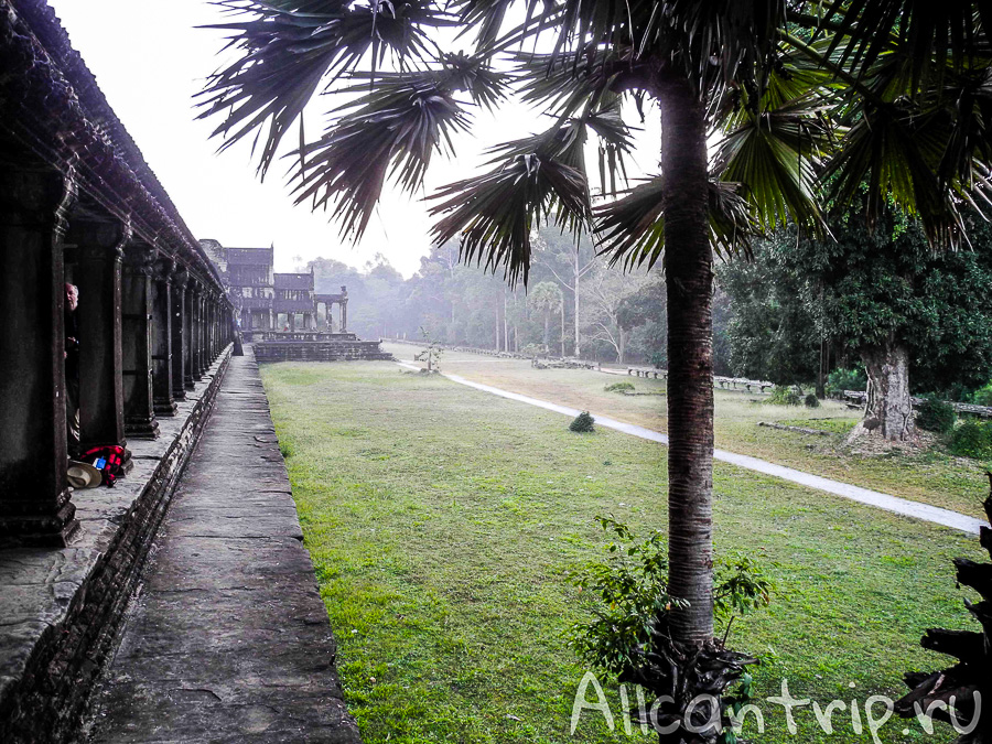 Вид на правое крыло храма Ангкор Ват