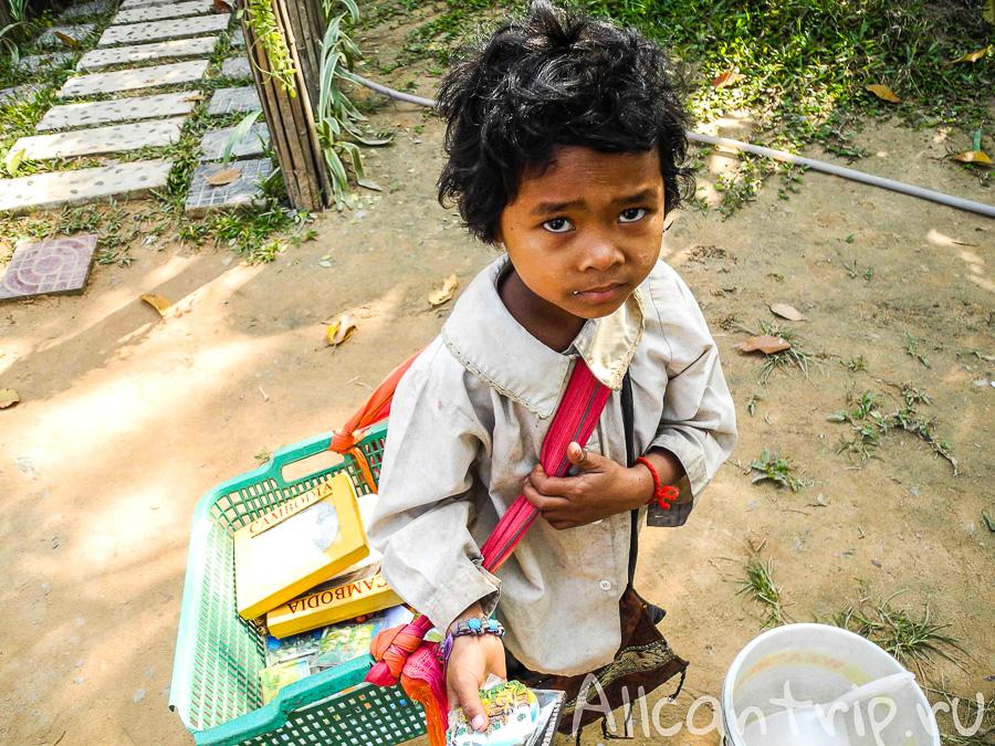 Маленький попрошайка в Камбодже