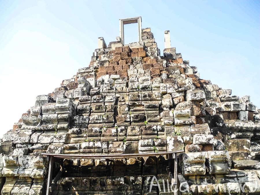 Дверь на вершине храма Бапхуон в Сием Рипе