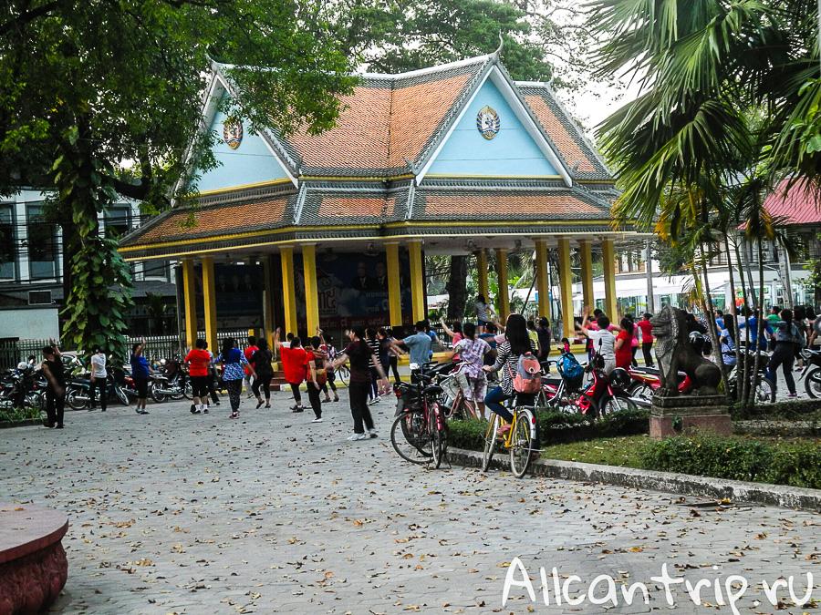 Массовые занятия физкультурой в Камбодже
