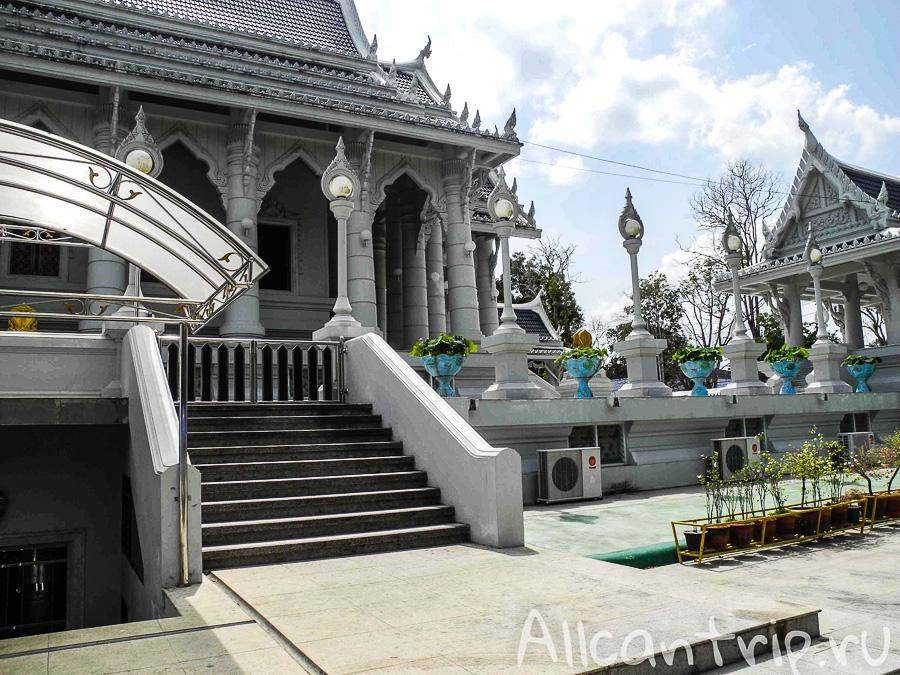 Храм Wat Kaew Korawaram в Краби