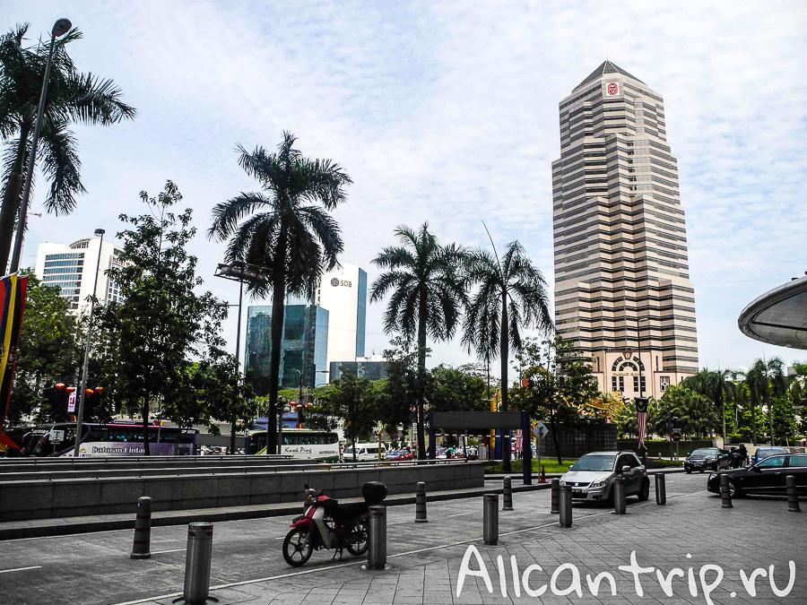Рядом с башнями Петронас в Куала-Лумпур