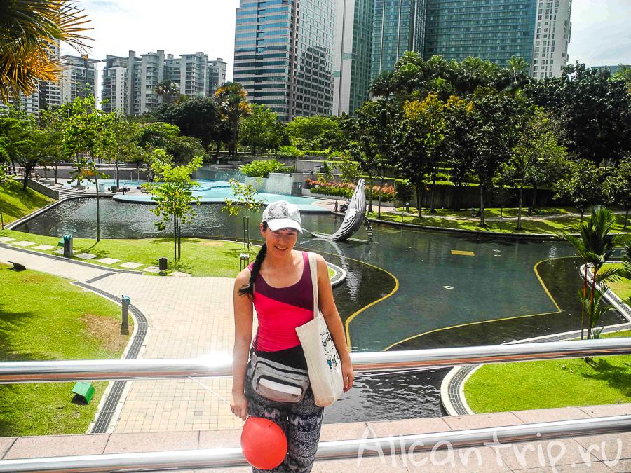 На фоне центрального городского парка Куала-Лумпур