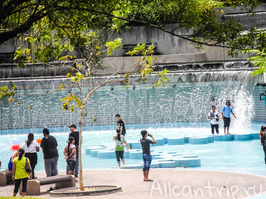 Бассейн в городском центральном парке Куала-Лумпур