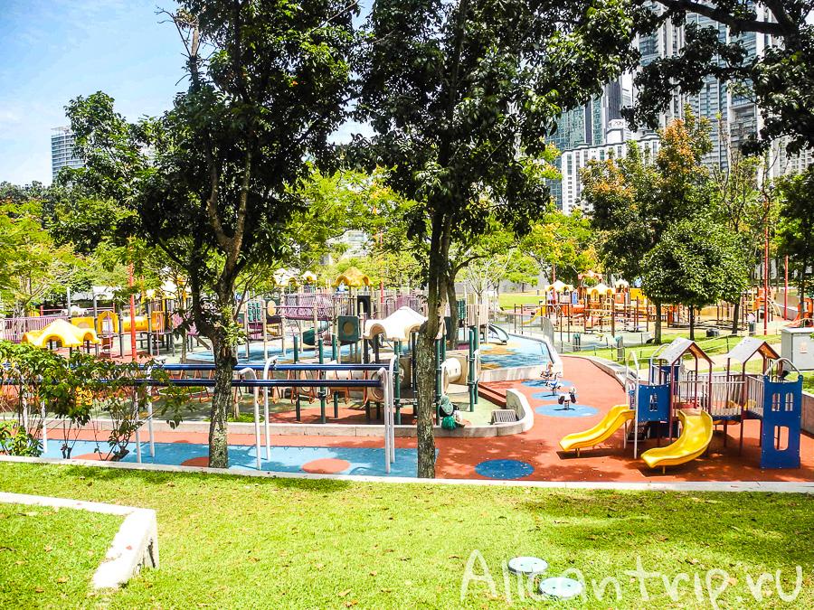 Детская площадка рядом с Петронас