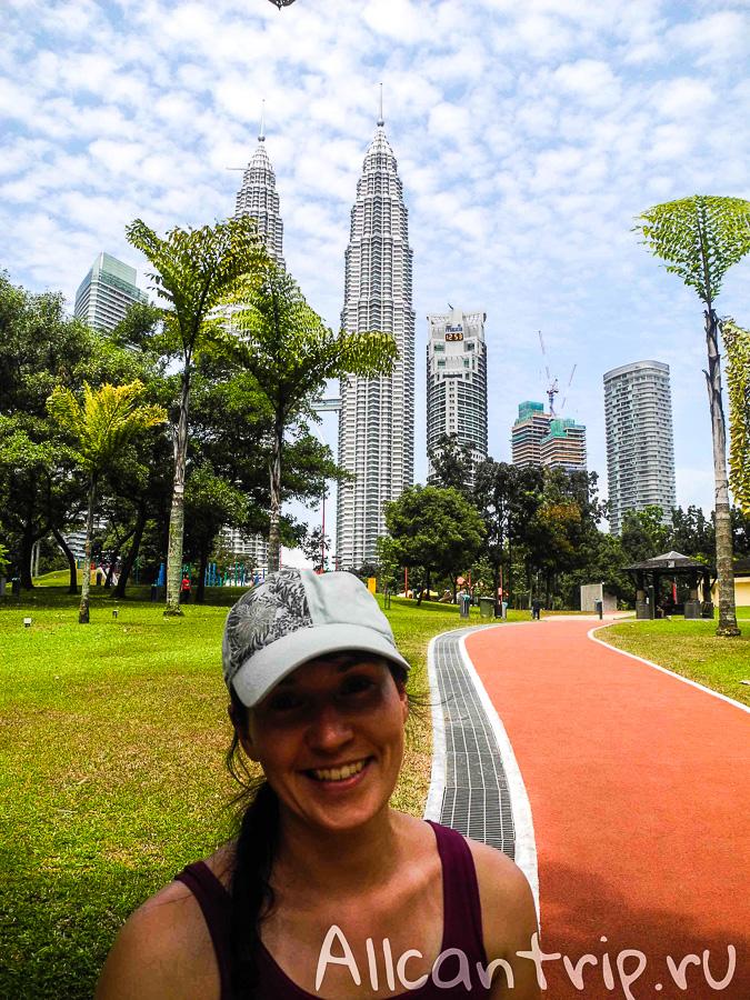 На фоне башен Петронас Куала-Лумпур