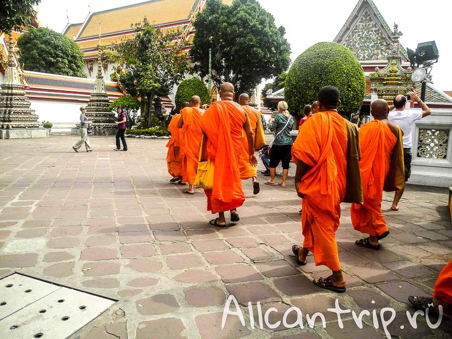 Монахи На территории храма Ват Пхо ( Храм Лежащего Будды) в Бангкоке
