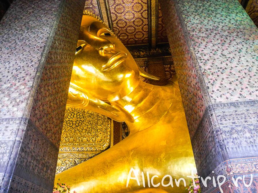 Статуя лежащего Будды в храме Ват Пхо в Бангкоке ( Храм Лежащего Будды) в Бангкоке