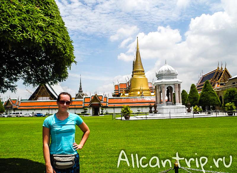 На фоне Большого дворца в Бангкоке
