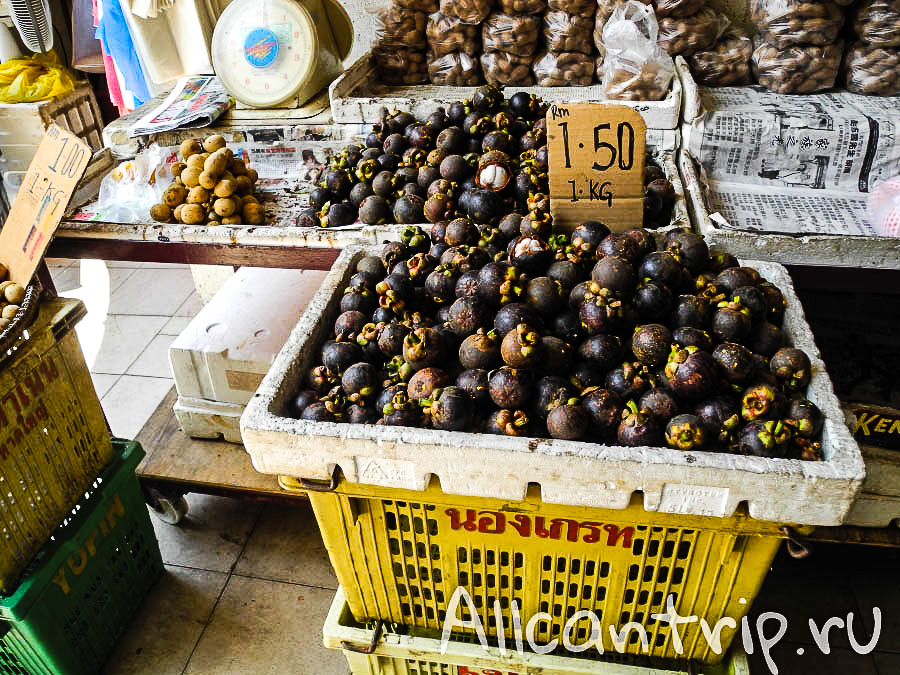 Мангостины на рынке в Кота-Бару