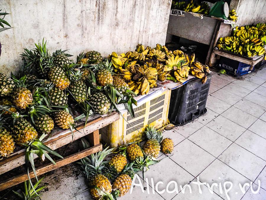 Свежие ананасы на рынке в Кота-Бару