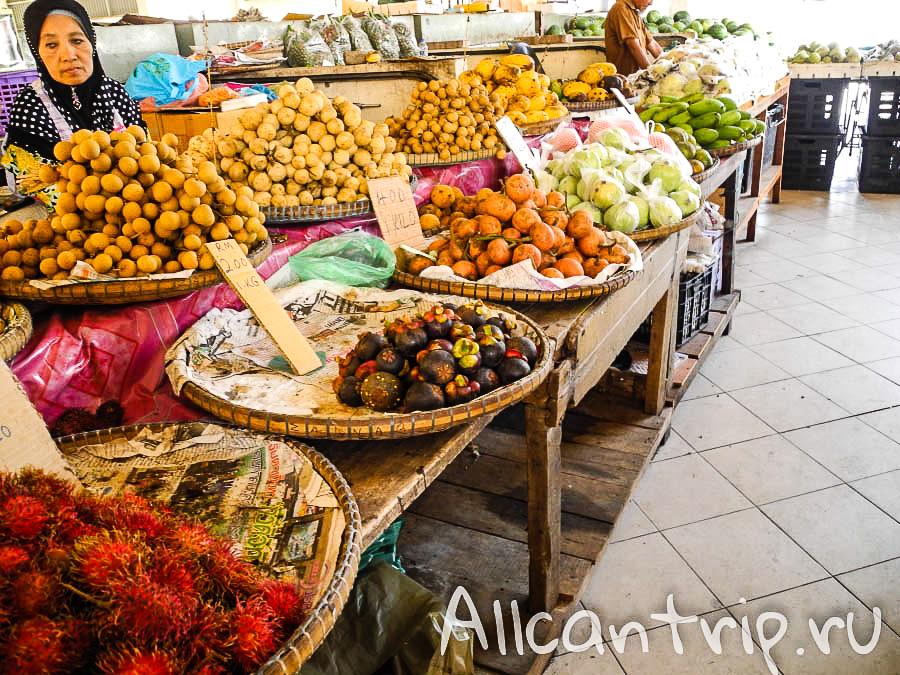 Фрукты на рынке в Кота-Бару