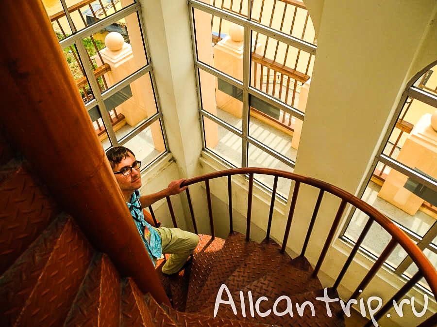 На лестнице смотровой площадки Кота-Бару