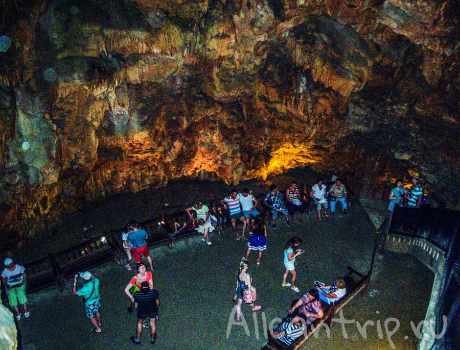 Толпа в пещере Дамлаташ в Алании