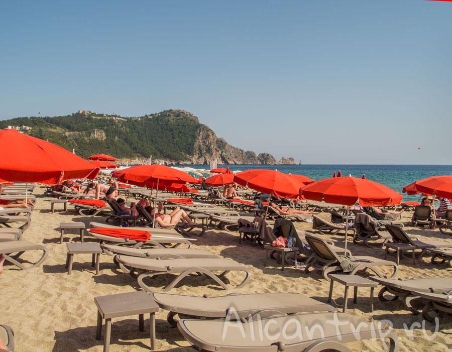 лежаки на пляже клеопатры в Алании Турция