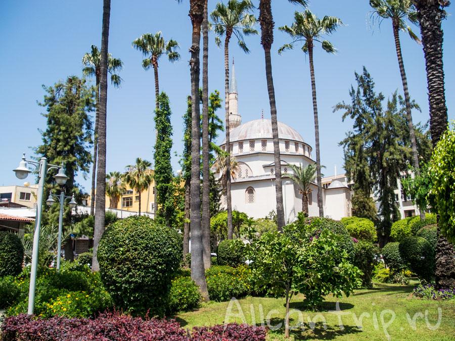 парк в Алании рядом с красной башней