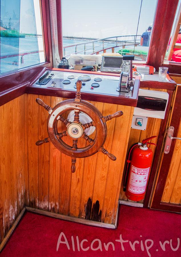 корабль для экскурсии по побережью Алании