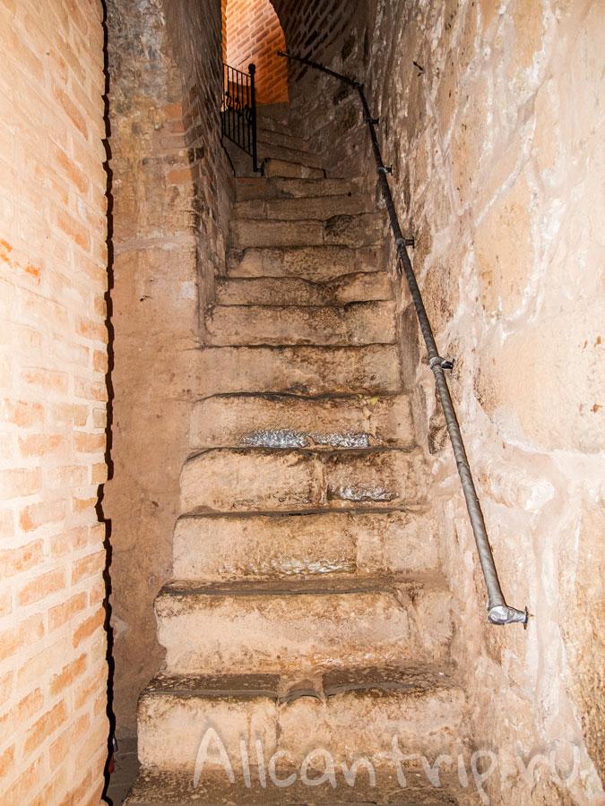 лестница в красной башне Алании