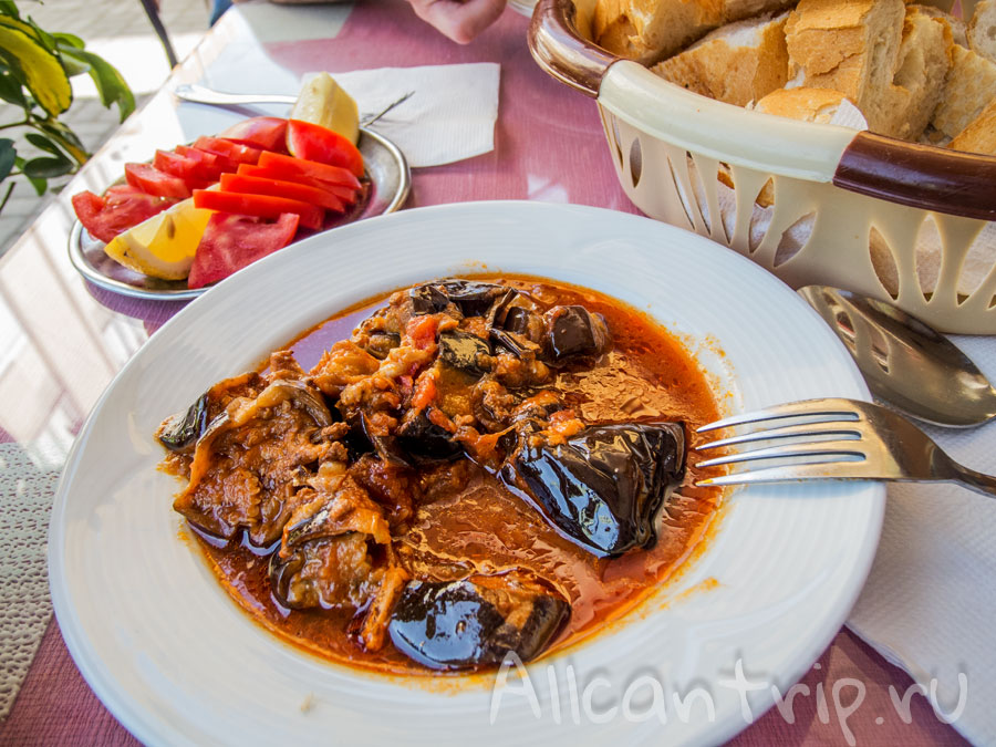 Тушеные баклажаны с салатом и булочками - 5 лир за порцию