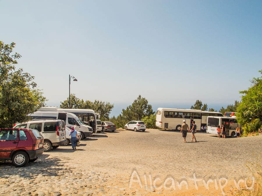 остановка автобусов у крепости алании