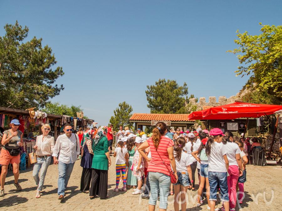 толпа туристов в крепости Алании