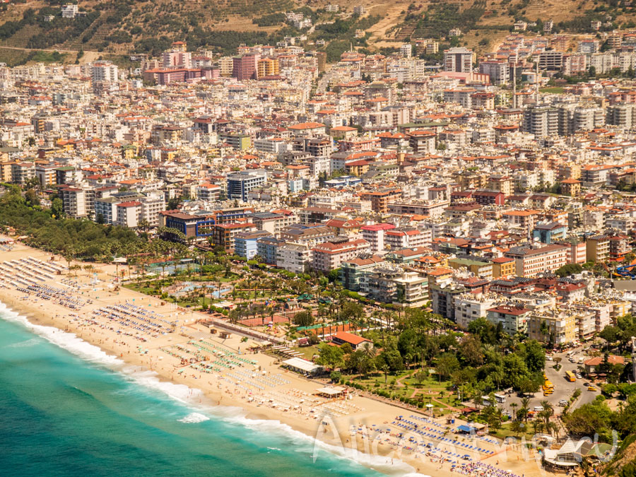 вид с крепости Алании на пляж клеопатры