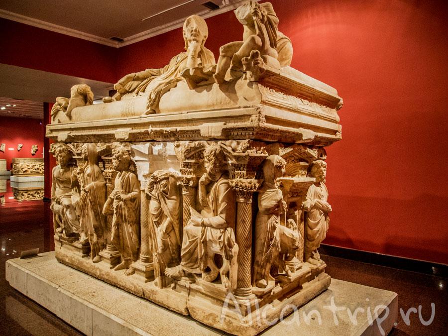 экспонаты в археологическом музее Анталии