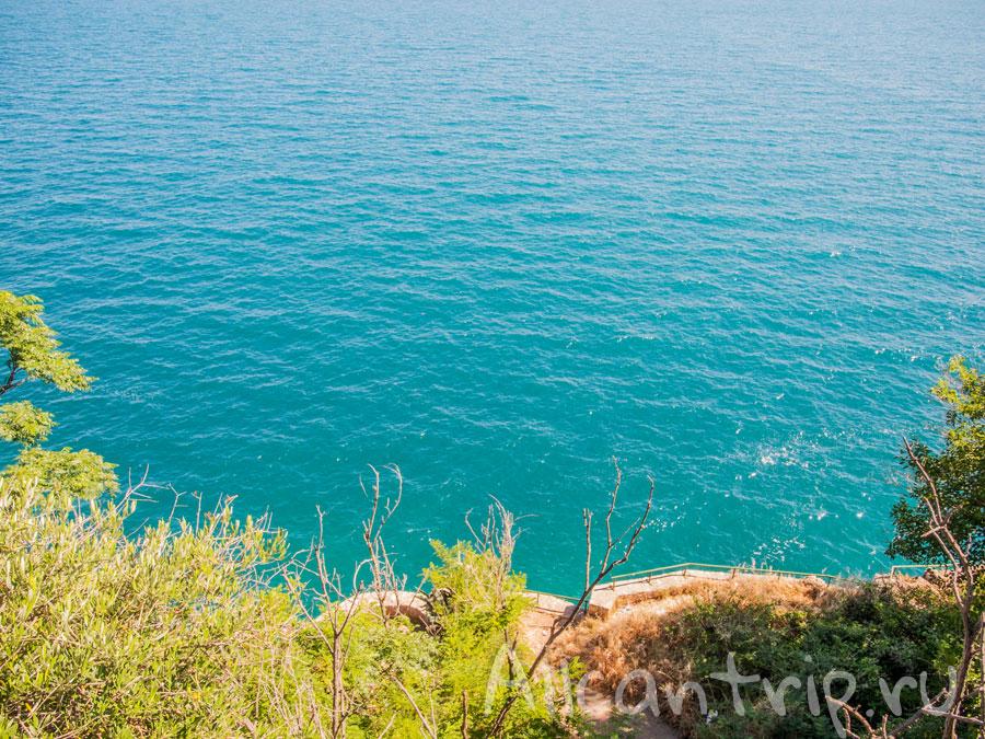 вид на море из парка ататюрка в анталии