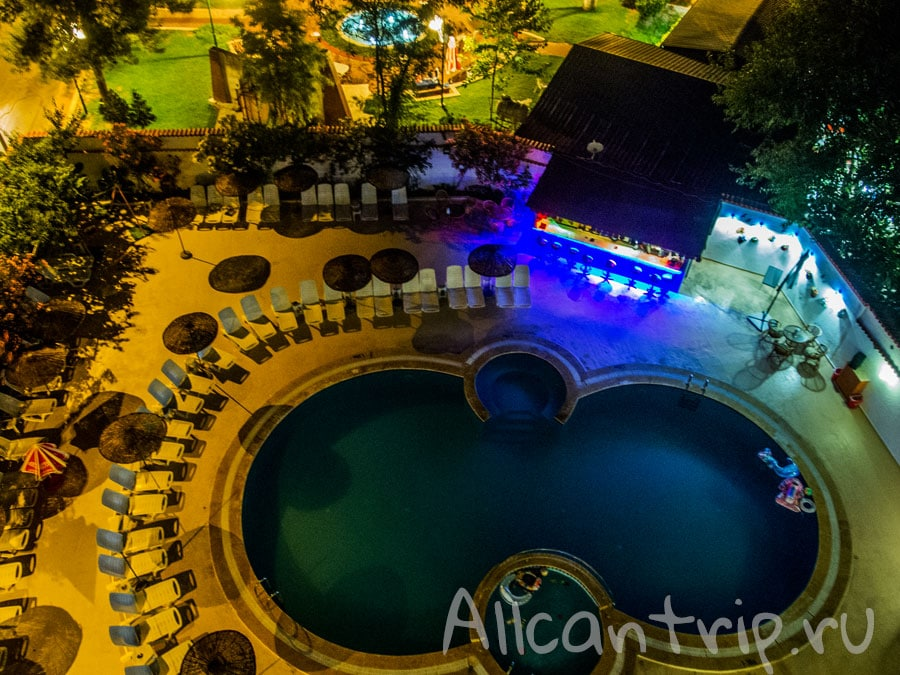 отель с бассейном в Кушадасах