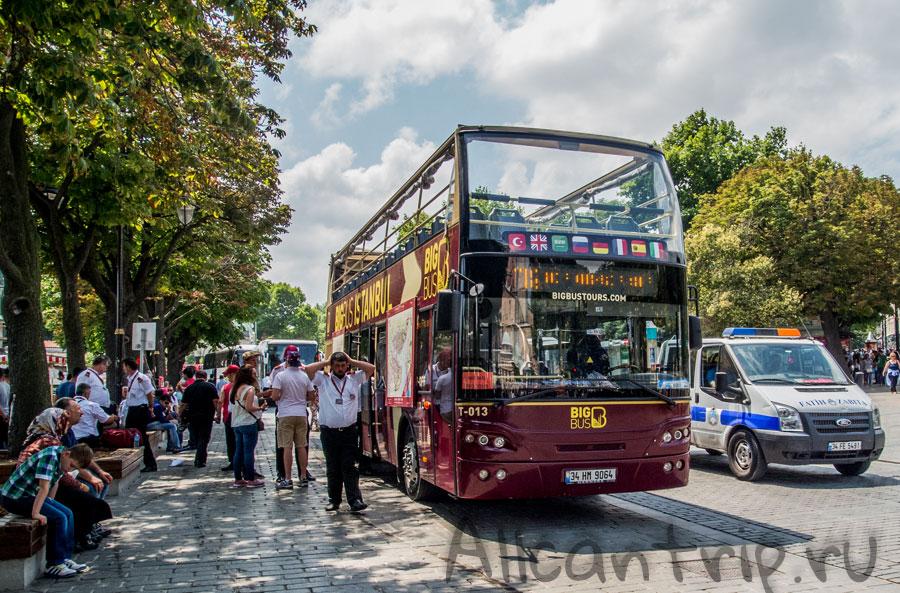 туристический автобус в парке Султанахмет