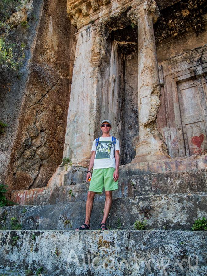 на фоне ликийских гробниц