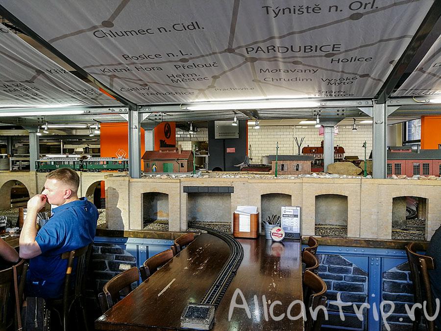 ресторан в праге где пиво привозит поезд