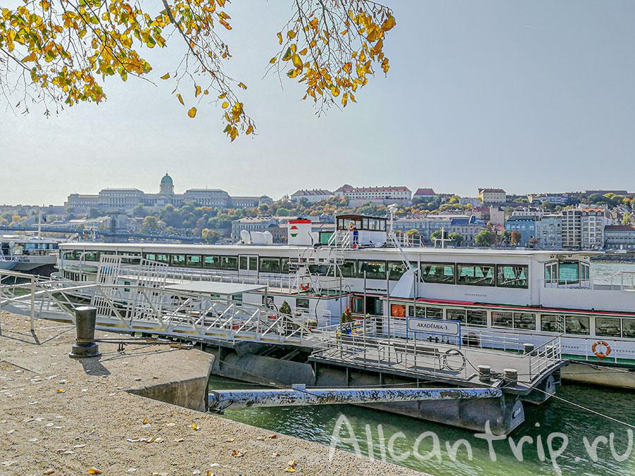 набережная дуная в Будапеште кораблик